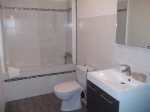 A bathroom at Hotel Des Cotes De Meuse