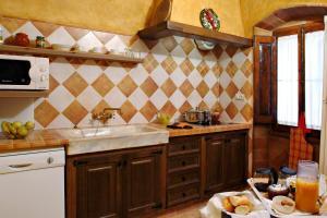 Una cocina o zona de cocina en Casa Rural Ca La Siona