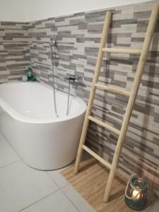 A bathroom at B&B Suite Vela Bianca