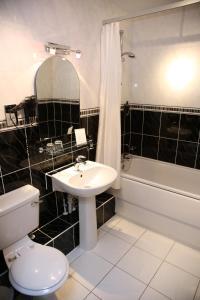 A bathroom at Stanton House Hotel