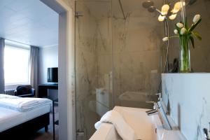 Ванная комната в Room With a View Hotel