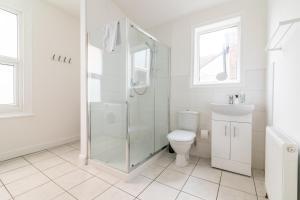 A bathroom at PLATFORM Fishing Quarter Apartment 2
