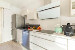 A kitchen or kitchenette at Michel-Ange, Appartement avec Terrasse et Parking