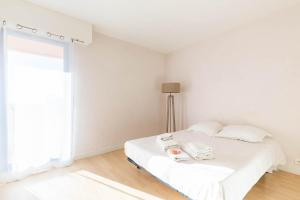 A bed or beds in a room at Michel-Ange, Appartement avec Terrasse et Parking
