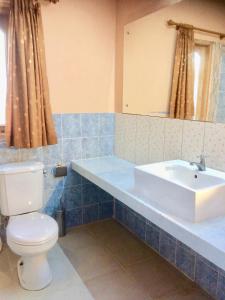 A bathroom at Ada Waktu Bed & Breakfast