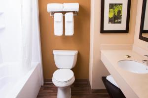 A bathroom at Extended Stay America Suites - Orlando - Convention Center - Universal Blvd
