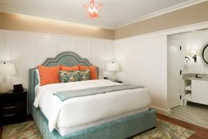 A bed or beds in a room at Hotel Atwater