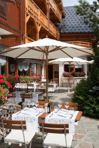 A restaurant or other place to eat at Chalet Mounier