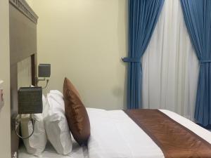 Cama ou camas em um quarto em Dana Airport Furnished Apartments