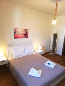 A bed or beds in a room at Comfortable Apartment Close to the Airport