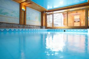 The swimming pool at or close to Chalet Mounier