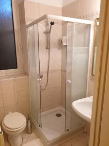 A bathroom at Hotel Casa Latina