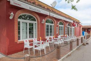 Un restaurante o sitio para comer en Camping El Palmar