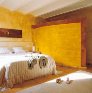 A bed or beds in a room at El Jardín Vertical