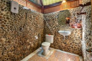 A bathroom at Khaosok Riverside Cottages - SHA Certified