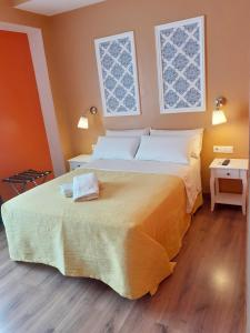 A bed or beds in a room at Pension Arena Alicante