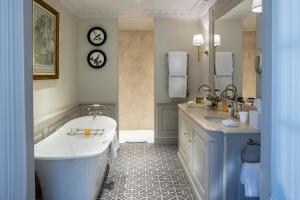 A bathroom at Villa Saint-Ange