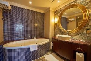 حمام في ذا دبلومات راديسون بلو ريزيدنس