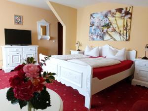 A bed or beds in a room at Der Mühlenhof