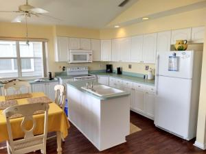 A kitchen or kitchenette at Seahorse Landing #503 Gulf Front Vacation Condo