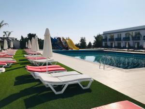 The swimming pool at or close to Royal Life Residence Studio Daris