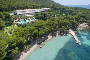 Ett flygfoto av Formentor, a Royal Hideaway Hotel