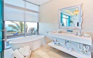 A bathroom at El Oceano Beach Hotel