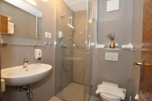 A bathroom at Hotel Perlach Allee by Blattl