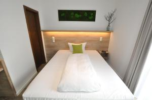 A bed or beds in a room at Hotel Perlach Allee by Blattl