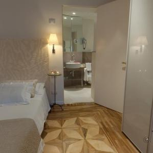 A bed or beds in a room at Ca' Nigra Lagoon Resort