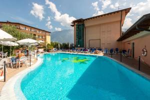 Der Swimmingpool an oder in der Nähe von Hotel Garda Bellevue