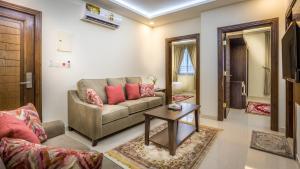 Uma área de estar em Al Louloah Al Baraqah Furnished Apartments