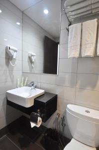 A bathroom at Dreamtel Kota Kinabalu