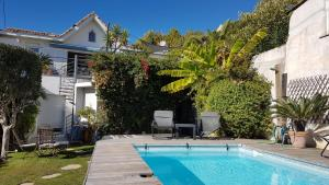 The swimming pool at or close to Chambre d'hôtes Habitation Bougainville