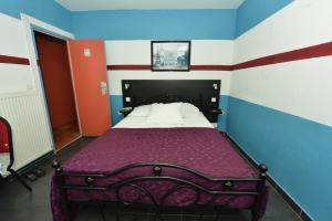 A bed or beds in a room at Hotel De La Poste