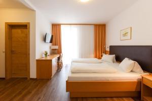 Ein Bett oder Betten in einem Zimmer der Unterkunft Weingut & Pension zum Seeblick Familie Sattler