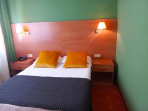 A bed or beds in a room at Hotel San Millán