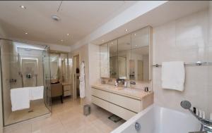 A bathroom at Hotel Cap Estel