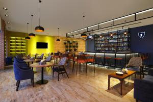 A restaurant or other place to eat at Four Points By Sheraton Hotel and Serviced Apartments