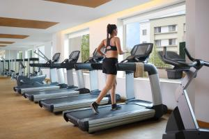 The fitness centre and/or fitness facilities at Four Points By Sheraton Hotel and Serviced Apartments