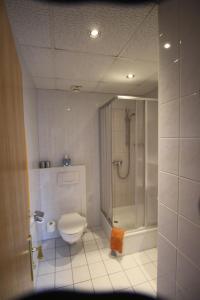 A bathroom at Pension Goerke
