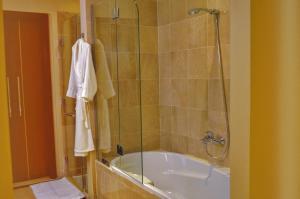 حمام في فندق ومنتجع موڤنبيك ينبع