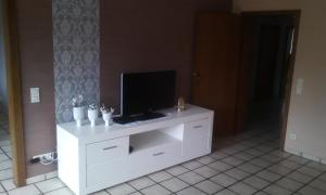 A television and/or entertainment centre at Ferienwohnung