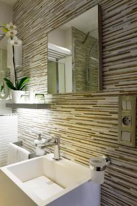 A bathroom at Hotel des Arceaux
