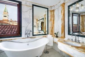 Ein Badezimmer in der Unterkunft Baglioni Hotel Luna - The Leading Hotels of the World