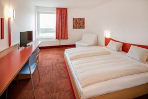 A bed or beds in a room at H2O-Hoteltherme