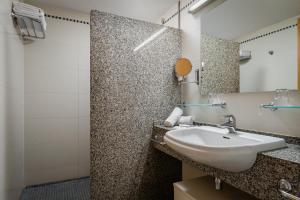 A bathroom at ALEGRIA Caprici Verd