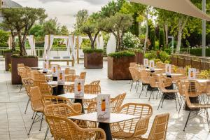 A restaurant or other place to eat at ALEGRIA Caprici Verd