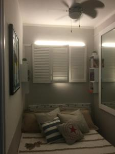 A bed or beds in a room at Lovely apartment in Marina Baie des Anges- Baronnet - Sew view, free parking spaces on site, restaurants, beach, supermarket