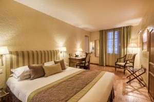 A bed or beds in a room at Hotel d'Aragon